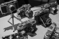 Παλαιές εκλεκτής ποιότητας αναδρομικές κάμερες ταινιών σε γραπτό στοκ φωτογραφία