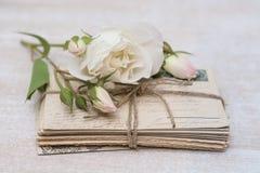 Παλαιές επιστολές, λουλούδια και διακόσμηση Στοκ Εικόνα