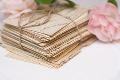 Παλαιές επιστολές, λουλούδια και διακόσμηση Στοκ Εικόνες