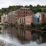 Παλαιές εργοστάσια και αποθήκες εμπορευμάτων που απεικονίζονται στο νερό στοκ φωτογραφίες με δικαίωμα ελεύθερης χρήσης
