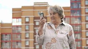 Παλαιές ηλικιωμένες συζητήσεις γυναικών που χρησιμοποιούν το έξυπνο τηλέφωνο υπαίθρια φιλμ μικρού μήκους