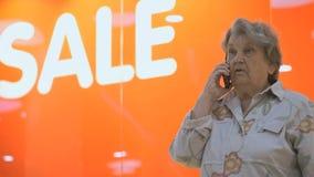 Παλαιές ηλικιωμένες συζητήσεις γυναικών που χρησιμοποιούν το έξυπνο τηλέφωνο στο εσωτερικό απόθεμα βίντεο