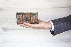 Παλαιές θωρακικές αντίκες στο χέρι Στοκ εικόνες με δικαίωμα ελεύθερης χρήσης