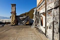 παλαιές καπνοδόχοι στη στέγη στοκ εικόνες