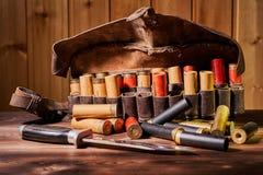 Παλαιές κασέτες κυνηγιού και bandoleer σε έναν ξύλινο πίνακα στοκ εικόνες