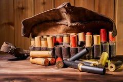 Παλαιές κασέτες κυνηγιού και bandoleer σε έναν ξύλινο πίνακα στοκ εικόνα με δικαίωμα ελεύθερης χρήσης
