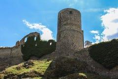 Παλαιές καταστροφές κάστρων και πράσινη χλόη τσεχικό τοπίο Στοκ Φωτογραφίες