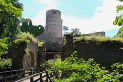 Παλαιές καταστροφές κάστρων με τον πύργο και τον πράσινο Μπους τσεχικό τοπίο Στοκ εικόνα με δικαίωμα ελεύθερης χρήσης
