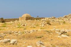 Παλαιές καταστροφές Retinew οχυρών της Ελλάδας Κρήτη σε έναν πετρώδη λόφο με την καψαλισμένη χλόη θερμότητας Στοκ φωτογραφίες με δικαίωμα ελεύθερης χρήσης