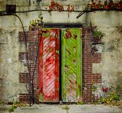 Παλαιές κόκκινες και πράσινες πόρτες Στοκ Φωτογραφίες
