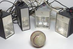 Παλαιές λάμψεις σφυγμού καμερών, που περιβάλλουν τη σφαίρα του μαρμάρου onyx Γ Στοκ εικόνα με δικαίωμα ελεύθερης χρήσης
