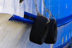 Παλαιές λαστιχένιες ρόδες για την πρόσδεση στο σκάφος Το τεμάχιο ενός σκάφους δένει στοκ φωτογραφίες
