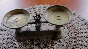 Παλαιές μηχανικές κλίμακες με τα γαμήλια δαχτυλίδια σε τους Η κάμερα κινείται από τα αριστερά προς τα δεξιά απόθεμα βίντεο