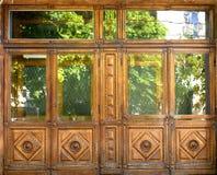 Παλαιές μπροστινές ξύλινες πόρτες με τα παράθυρα και με τα σχέδια στοκ εικόνες