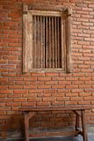 Παλαιές ξύλινες καρέκλες στους διαδρόμους στοκ φωτογραφίες με δικαίωμα ελεύθερης χρήσης