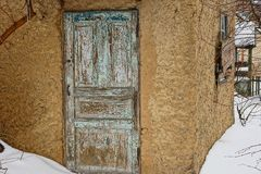 Παλαιές ξύλινες πόρτες στον τοίχο ενός αγροτικού σπιτιού Στοκ φωτογραφία με δικαίωμα ελεύθερης χρήσης