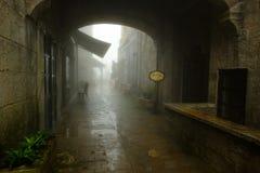 Παλαιές οδός και ομίχλη σε βροχερό των λόφων NA BA στους λόφους Bana, γιαγιά DA Στοκ Εικόνες