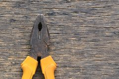 Παλαιές πένσες που τοποθετούνται σε ένα ξύλινο πάτωμα Στοκ φωτογραφία με δικαίωμα ελεύθερης χρήσης