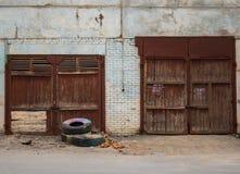 Παλαιές πόρτες στις bilding και παλαιές ρόδες στοκ φωτογραφίες με δικαίωμα ελεύθερης χρήσης