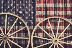 Παλαιές ρόδες βαγονιών εμπορευμάτων με την ΑΜΕΡΙΚΑΝΙΚΗ σημαία Στοκ φωτογραφία με δικαίωμα ελεύθερης χρήσης