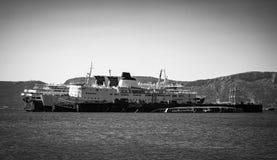 Παλαιές σκουριασμένες βάρκες δίπλα-δίπλα σε μια πρόσδεση στοκ εικόνα