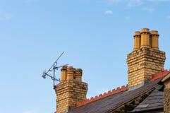 Παλαιές στέγη, καπνοδόχοι, ariel και διάστημα αντιγράφων μπλε ουρανού Στοκ Φωτογραφία