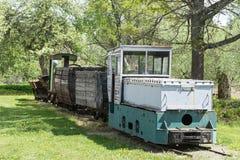 Παλαιές τραίνο και ατμομηχανή Ο σιδηρόδρομος ακολουθεί τα τεντώματα και την πράσινα χλόη και τα δέντρα Υπόβαθρο οδικού περιβάλλον στοκ φωτογραφίες με δικαίωμα ελεύθερης χρήσης