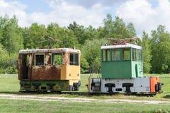 Παλαιές τραίνο και ατμομηχανή Ο σιδηρόδρομος ακολουθεί τα τεντώματα και την πράσινα χλόη και τα δέντρα Υπόβαθρο οδικού περιβάλλον στοκ φωτογραφία