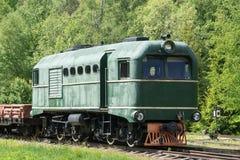 Παλαιές τραίνο και ατμομηχανή Ο σιδηρόδρομος ακολουθεί τα τεντώματα και την πράσινα χλόη και τα δέντρα Υπόβαθρο οδικού περιβάλλον στοκ εικόνα με δικαίωμα ελεύθερης χρήσης