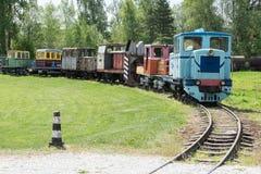 Παλαιές τραίνο και ατμομηχανή Ο σιδηρόδρομος ακολουθεί τα τεντώματα και την πράσινα χλόη και τα δέντρα Υπόβαθρο οδικού περιβάλλον στοκ εικόνες