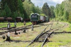 Παλαιές τραίνο και ατμομηχανή Ο σιδηρόδρομος ακολουθεί τα τεντώματα και την πράσινα χλόη και τα δέντρα Υπόβαθρο οδικού περιβάλλον στοκ εικόνα