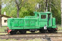 Παλαιές τραίνο και ατμομηχανή Ο σιδηρόδρομος ακολουθεί τα τεντώματα και την πράσινα χλόη και τα δέντρα Υπόβαθρο οδικού περιβάλλον στοκ φωτογραφίες
