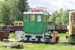 Παλαιές τραίνο και ατμομηχανή Ο σιδηρόδρομος ακολουθεί τα τεντώματα και την πράσινα χλόη και τα δέντρα Υπόβαθρο οδικού περιβάλλον στοκ εικόνες με δικαίωμα ελεύθερης χρήσης