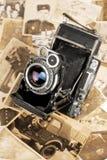 Παλαιές φωτογραφική μηχανή και φωτογραφίες Στοκ Φωτογραφίες