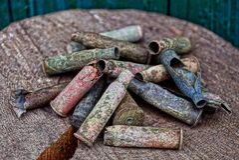 Παλαιές χρωματισμένες κασέτες σε έναν σωρό σε ένα ξύλινο κολόβωμα στοκ εικόνα με δικαίωμα ελεύθερης χρήσης