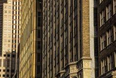 Παλαιές pre-modern προσόψεις κτιρίου γραφείων πόλεων του 1900 ` s αρχιτεκτονικές, τούβλο, πέτρα, σύγχρονο κτίριο γραφείων στο υπό στοκ εικόνες