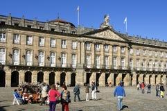 Παλαιοί αίθουσα και τουρίστες πόλεων στο Σαντιάγο de Compostela Στοκ εικόνες με δικαίωμα ελεύθερης χρήσης