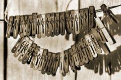 Παλαιοί γόμφοι ενδυμάτων που κρεμούν σε ένα σχοινί Στοκ Εικόνα