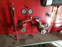 Παλαιοί μετρητές και βαλβίδες αντλιών πυροσβεστικών οχημάτων στοκ φωτογραφία
