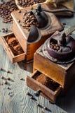 Παλαιοί μύλοι καφέ με burlap το σάκο στοκ εικόνες