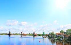 Παλαιοί μύλοι στο ολλανδικό χωριό στοκ εικόνες με δικαίωμα ελεύθερης χρήσης