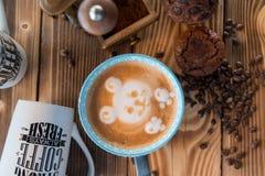 Παλαιοί μύλος καφέ και φλυτζάνι καφέ με τα διεσπαρμένα φασόλια και τα μπισκότα καφέ στο ξύλινο υπόβαθρο Στοκ Εικόνες