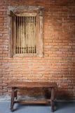 Παλαιοί ξύλινοι πάγκος και τουβλότοιχος Στοκ φωτογραφία με δικαίωμα ελεύθερης χρήσης
