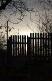 Παλαιοί ξύλινοι φράκτης και πύλη στο ηλιοβασίλεμα Στοκ εικόνες με δικαίωμα ελεύθερης χρήσης