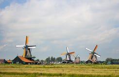 Παλαιοί ολλανδικοί ανεμόμυλοι στο ιστορικό χωριό Μύλοι της Ολλανδίας κατά την πανοραμική άποψη τομέων Αγροτικό τοπίο της Ολλανδία στοκ εικόνα με δικαίωμα ελεύθερης χρήσης