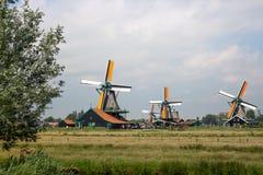 Παλαιοί ολλανδικοί ανεμόμυλοι στο ιστορικό χωριό Μύλοι της Ολλανδίας κατά την πανοραμική άποψη τομέων Αγροτικό τοπίο της Ολλανδία στοκ φωτογραφίες με δικαίωμα ελεύθερης χρήσης