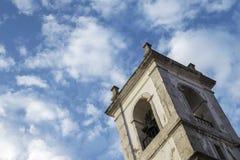 Παλαιοί πύργος και ουρανός εκκλησιών στοκ εικόνα
