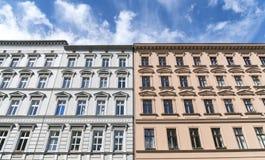 Παλαιοί σπίτια και μπλε ουρανός ρυμούλκησης στο Βερολίνο στοκ εικόνες