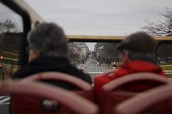 Παλαιοί τουρίστες ζεύγους στο συνεχές ρεύμα στοκ εικόνες με δικαίωμα ελεύθερης χρήσης