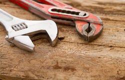παλαιοί υδραυλικοί δύο σωλήνων εκλεκτής ποιότητας γαλλικό κλειδί Στοκ εικόνες με δικαίωμα ελεύθερης χρήσης